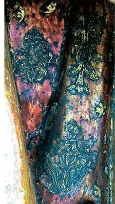 Ondare. Brocarts appliqués. (Photo Artelan): Détail. Teresa Gómez dans son texte sur Siloé Gil nous montre comment il a utilisé dans ses retables de Burgos et de Tolède technique appliquée brocart isolé. La même technique a été utilisée sur l'autel de la paroisse St-Esprit de San Miguel de Oñate (1532), mais pas dans le retable de l'Université, bien que ce dernier a été commandé à effectuer par le même évêque Zuazola.