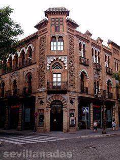 Edificio para Manuel Nogueira (1907-1908), esquina a la plaza de la Campana, en Sevilla. Construcción neomudéjar, realizada tan solo un año después del Café París, que muestra el abandono del estilo modernista realizado por Aníbal González y la adopción de un estilo historicista neomudéjar.