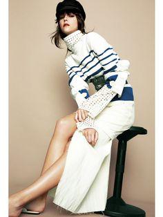 ホワイトを基調にしたワントーンスタイル。キャスケット&太ベルトでモードなマリンスタイルに仕上げて。