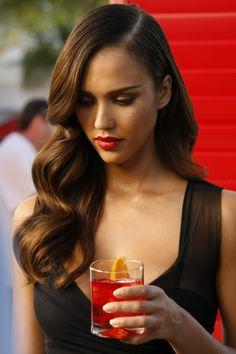coiffure vintage, robe noire, cocktail, lèvres rouges, Jessica Alba, cheveux bouclés