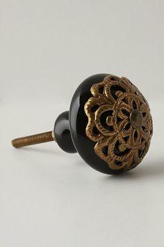 Lace-Strewn Knob in black