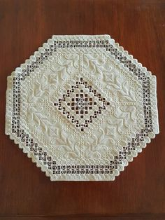 Hardanger Embroidery Tutorial N Types Of Embroidery, Rose Embroidery, Hand Embroidery Stitches, Embroidery Patterns, Needlepoint Stitches, Needlework, Drawn Thread, Hardanger Embroidery, Satin Stitch