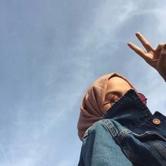 Be happy anymore Stylish Hijab, Modest Fashion Hijab, Modern Hijab Fashion, Street Hijab Fashion, Casual Hijab Outfit, Hijab Fashion Inspiration, Hijab Chic, Muslim Fashion, Hijabi Girl