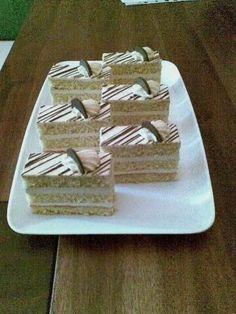 Karamelové rezy, recepty, Zákusky | Tortyodmamy.sk Mini Tortillas, Cake Recipes, Dessert Recipes, German Desserts, Cake Decorating Techniques, Nutella, Tiramisu, Delicious Desserts, Candy