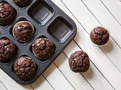 Zero guilt: a chocolatey muffin made with applesauce and vanilla yogurt! - Kitchen - Tips and Crafts Zero guilt: a chocolatey muffin made with applesauce and vanilla yogurt! - Kitchen - Tips and Crafts Protein Desserts, Protein Brownies, Protein Muffins, Delicious Chocolate, Homemade Chocolate, Chocolate Recipes, Chocolate Muffins, Mini Chocolate Chips, Muffins Double Chocolat