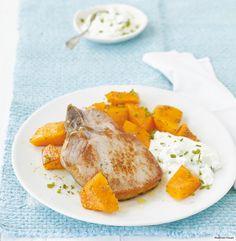 Was Fenchel-Kürbis und Kotelett erwartet, wenn sie aus dem Ofen kommen? Cremiger Feta-Joghurt.