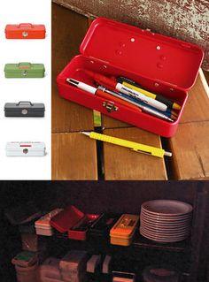 「MERCURY(マーキュリー)」16   「ミニツールボックス」はサイズ(約):幅21×奥行8×高さ4.5cm。  MERCURY(マーキュリー)のカッコいいツールボックスがミニサイズに! (ただし、蓋は山型でなくフラット。) コンパクトでいろいろな場所へ収納しやすく、携帯性も◎。ペンケースとして最適! まるで工具箱みたいな、ロゴプレートとカラーが効いているオシャレなペンケースは、人目を惹きますね♪  キッチンではスプーンやフォーク、箸などのカトラリーを入れたり、ちょっとしたスペースで小物をまとめたい時にはこちらが便利です。 キッチンやテーブルがアメリカンな雰囲気に♪  ハンズマンでは、レッド・カーキ・マットブラック・ホワイトの4色を取り揃えています。