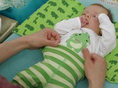 Neugeborene anziehen | Alles ist noch ganz zart und wirkt so zerbrechlich bei kleinen Babys. Wir zeigen Die, wie Du am besten vorgehst, um diese kleinen Körper in die Anziehsachen zu kriegen.