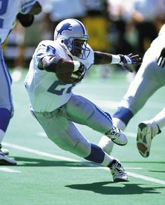 This Day In Football History: July 1999 - Running back Barry Sanders of the Detroit Lions retired from the NFL at age just yards away from breaking Walter Payton's all-time rushing. American Football, Detroit Lions Football, Detroit Sports, Nfl Football, Football Players, Football Shirts, Nfl Sports, Raiders Players, Nfl 49ers