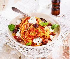 """En klassisk italiensk tomatsås laddad med kapris, chili och oregano blir en smakrik pastamiddag som går snabbt att tillaga. Servera tomatsåsen med nykokt pasta """"al dente"""", svarta oliver och toppa med basilika och mozzarella."""