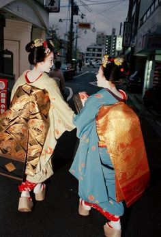 Chris Steele-Perkins Two young Maiko-san walk in the evening, Kyoto, Japan - 1999