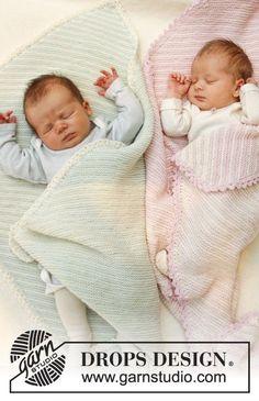 """Gebreide DROPS deken in ribbelst met strepen van """"Baby Merino"""" – wordt van hoek naar hoek gebreid. ~ DROPS Design"""