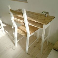 女性で、4LDKのツートンカラー/IKEA/アイビー水挿し/学習机DIY/白×茶色が好き/勉強机DIY …などについてのインテリア実例を紹介。「朝、材料を調達してノンストップでつくりこどもたちの下校に間に合いました‼safe‼ IKEAの椅子に同じくツートンで塗ったら完成。引き出しまではできなくて残念。 勉強するかどうかはわからないけど(T-T)勉強机が欲しい‼と次女に言われてたので作ってみました。 風が強いからペンキの乾きが早かった~~(о´∀`о)」(この写真は 2016-01-19 15:20:21 に共有されました)