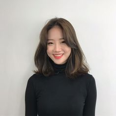 35 Amazing Shoulder Length Hair You Can Try Stunni+ Middle Length Hair, Middle Hair, Medium Hair Cuts, Medium Hair Styles, Curly Hair Styles, Korean Medium Hair, Pelo Midi, Ulzzang Hair, Shoulder Length Hair