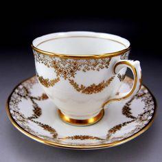 金彩だけで飾り付けた、とても大人のカップ&ソーサーのご紹介です。ジュエル加工の金の粒が素敵です。上質の白磁に金彩・金盛りだけで飾った大人の作品です。 ぜひご覧くださいませ。 ⇩ http://eikokuantiques.com/?pid=89341109 #英国アンティークス #アンティーク #カップ #セイリズブリー #金彩