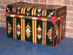 London Canal Museum - a decorated chest Funky Painted Furniture, Painted Chairs, Art Furniture, Painting Furniture, Castle Painting, City Painting, Old Trunks, Vintage Trunks, Canal Boat Art
