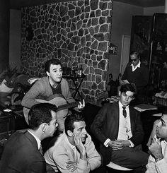 João Gilberto, entre Luiz Roberto e Quartera, de Os Cariocas, Tom Jobim e Vinicius de Moraes  anos 1960 - Rio de Janeiro