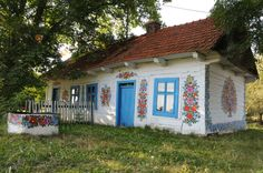 A small village in Poland, Zalipie, is known for its habit of painting elaborate floral motifs. Read on to discover Zalipie, the painted village in Poland. Little Houses, Small Towns, House Colors, Countryside, Beautiful Homes, Beautiful London, House Beautiful, Trip Advisor, Tiny House