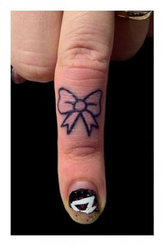 Finger Tattoos Designs, Types, Meanings & Aftercare Tips - Wild Tattoo Art Finger Tattoo Designs, Bow Finger Tattoos, Simple Finger Tattoo, Knuckle Tattoos, Tattoo Designs For Girls, Best Tattoo Designs, Trendy Tattoos, Small Tattoos, Tattoos For Guys