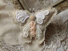 Motýl shabby chic Autorská dekorace ve tvaru motýla. Průměr 15 cm. Možno provléknout provázek na zavěšení Pokud se Vám líbí, nerozmýšlejte se dlouho. Jedná se o jediný originál který se už nebude opakovat. Dílo dílo, jehož autorem je Andin, podléhá licenci Creative Commons