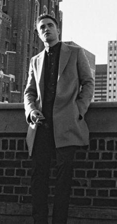 Lovin' these better quality shots of Dior Rob! Kristen Stewart you're a dumb ass. Robert Pattinson Dior, Robert Pattinson Twilight, Titanic Kate Winslet, Kristen And Robert, Robert Douglas, Stud Muffin, Man Smoking, Famous Men, Love Movie