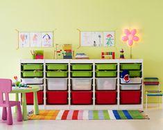 リビングや子供部屋のおもちゃ収納なら、IKEAのTROFAST(トロファスト)がおすすめです。カラフルな引き出しボックスを組み合わせて、おしゃれな収納インテリアを実現できます。絵本や衣類、おもちゃのお片付けを教えるのにも良さそう。壁面固定も可能です。