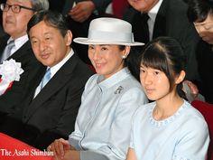 皇太子ご夫妻と長女愛子さまは1日、東京都千代田区の科学技術館を訪れ、「水を考えるつどい」に出席した。宮内庁によると、愛子さまが公的な式典に出席するのは初めてという。(れ) #皇室 #皇太子