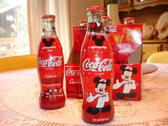 Coca Cola Disney bottles, love Mickey Mouse on the Coke bottles! Disney Drinks, Disney Food, Disney Stuff, Mickey Mouse And Friends, Mickey Minnie Mouse, Coca Cola Bottles, Pepsi Cola, Coca Cola Christmas, Sodas