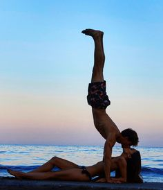 30 Amazing Couple Yoga Poses You Should Practice With Your Partner - Page 25 of 30 - Chic Hostess Couples Yoga Poses, Yoga Poses For Two, Partner Yoga Poses, Yoga Poses For Beginners, Yoga Girls, Fitness Bodybuilding, Yoga Routine, Yoga Flow, Yoga Challenge