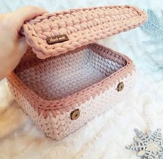 Crochet basket and wicker lessons for novices Crochet Storage, Crochet Box, Crochet Basket Pattern, Knit Basket, Crochet Purses, Crochet Crafts, Crochet Yarn, Crochet Stitches, Crochet Patterns