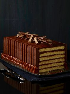 Layers of cake and chocolate frosting slice perfectly to look just like your favorite Kit Kat bar candy! Chocolate Kit Kat Cake, Whipped Chocolate Ganache, Chocolate Chunk Cookies, Chocolate Frosting, Kit Kat Recipes, Cake Recipes, Dessert Recipes, Fondant, Kit Kat Bars
