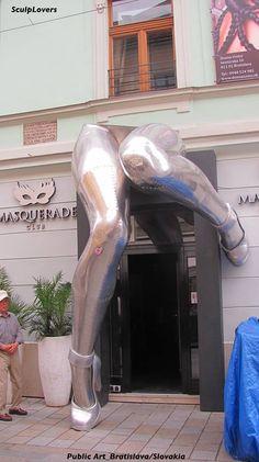 Marisa: Idea de fachada cuyo concepto es que literalmente te metes entre las piernas de la mujer.