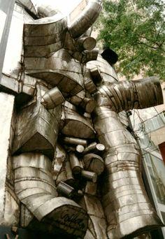Obra de Caciporé Torres fazia parte de uma galeria que fechou há cerca de um mês. A joalheria que vai funcionar no endereço ordenou o desmonte da escultura.