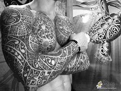 tatouage polynesien bras epaule/