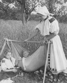 Koliska polna, Slovakia Folk Costume, Costumes, Native Country, Heart Of Europe, Past Life, Mother And Child, Eastern Europe, Vintage Photographs, Folklore