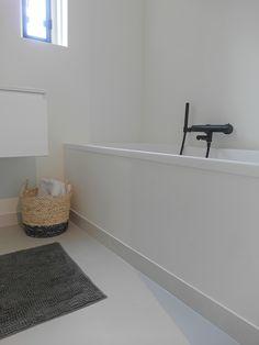 Gietvloer in deze frisse witte badkamer in Berkel en Rodenrijs ...