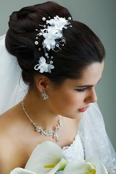 Not quite sure how to work your bridal veil into your bridal hairstyle? Check out these three hairstyles with veil photos that show off your bridal beauty! Wedding Hair Up, Wedding Hairstyles With Veil, Wedding Hair Pieces, Headpiece Wedding, Bridal Headpieces, Bride Hairstyles, Hairstyles Haircuts, Wedding Dress, Natural Hairstyles