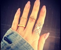 I love the shape of her nails and of course the jewelry and rings jewelry fashion jewelry. I also love the ring on her index finger Trendy Nails, Cute Nails, Bijou Box, Ideas Joyería, Vernis Semi Permanent, Nail Ring, Oval Nails, Pink Nails, Blush Nails