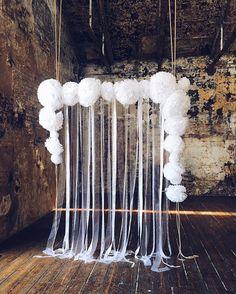 Воздушная арка из белоснежных бумажных помпонов и лент