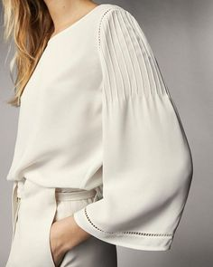 Crepe blouse with ribbed handles. Crepe blouse with ribbed handles. Kurti Sleeves Design, Sleeves Designs For Dresses, Sleeve Designs, Kurta Designs, Blouse Designs, Hijab Fashion, Fashion Dresses, Fashion Details, Fashion Design