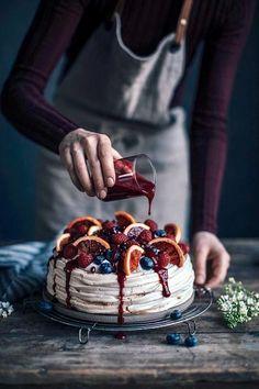 Blood Orange – Berry Pavlova with Berry sauce Blutorange – Berry Pavlova mit Beerensauce Pavlova Toppings, Köstliche Desserts, Delicious Desserts, Dessert Recipes, Yummy Food, Plated Desserts, Cake Recipes, Food Porn, Berry Sauce