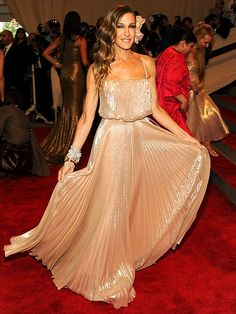 Google Image Result for http://thefashiontag.files.wordpress.com/2012/09/sarah-jessica-parker-stars-in-glee-as-vogue-editor-10.jpg%3Fw%3D480