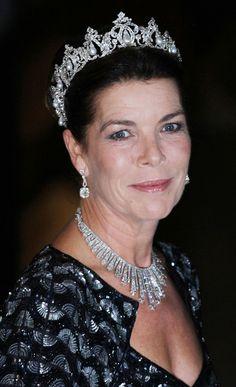 """Carolina de Mónaco con las joyas que herederó de su abuela, la princesa Carlota: la tiara llamada """"de los amantes"""" realizada por Cartier en platino, oro blanco, diamantes y perlas. y, al cuello, una tiara fringe de diamantes estilo ruso también de Cartier, convertible en collar."""