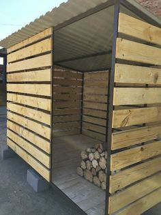 DIY firewood rack and storage ideas outdoor indoor simple Outdoor Firewood Rack, Firewood Shed, Firewood Storage, Outdoor Storage, Backyard Projects, Outdoor Projects, Wood Storage Sheds, Wood Store, Backyard Sheds