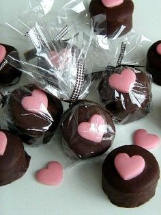 No Bake Chocolate Cream Cupcakes Chocolate Toppers, Chocolate Shop, Chocolate Covered Oreos, Chocolate Gifts, Homemade Chocolate, Chocolate Hearts, Cake Pops, Chocolate Bouquet Diy, Oreo Pops