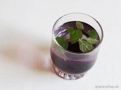 Leitungswasser aufpeppen zum Beispiel mit Beeren und Zitronenmelisse - Pimp your tap water e.g. with berries and  lemon balm