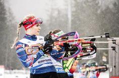Gabriela Soukalová na trati sprintu SP v Ruhpoldingu před Evou Puskarčíkovou