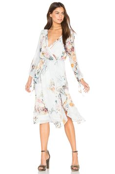 We Are Kindred Primrose Split Sleeve Midi Dress in Posie   REVOLVE Kleider,  Datum Kleider c1dee34c48