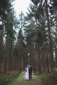 Fotoshoot met lantaarns in een dennenbos. // Fotograaf: Nienke van Denderen // Girls of honour