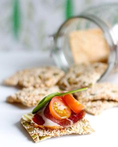 Low-carb sesame crispbread